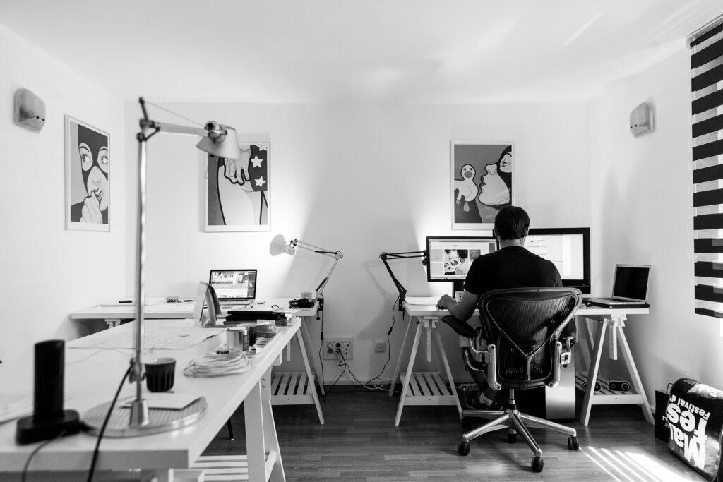 Fotografía del espacio de trabajo del equipo de programación