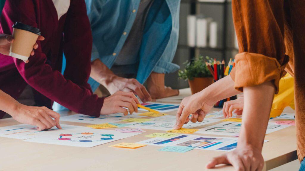 Personas trabajando en infografías