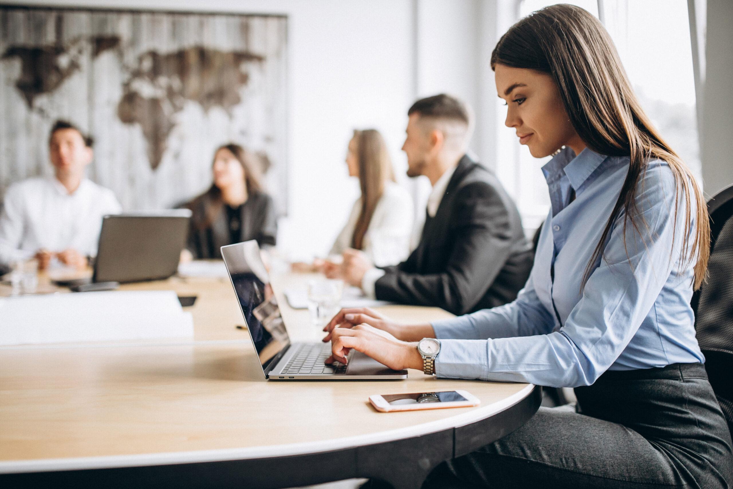Oficina con 5 personas trabajando en el modelo de trabajo Software Factory