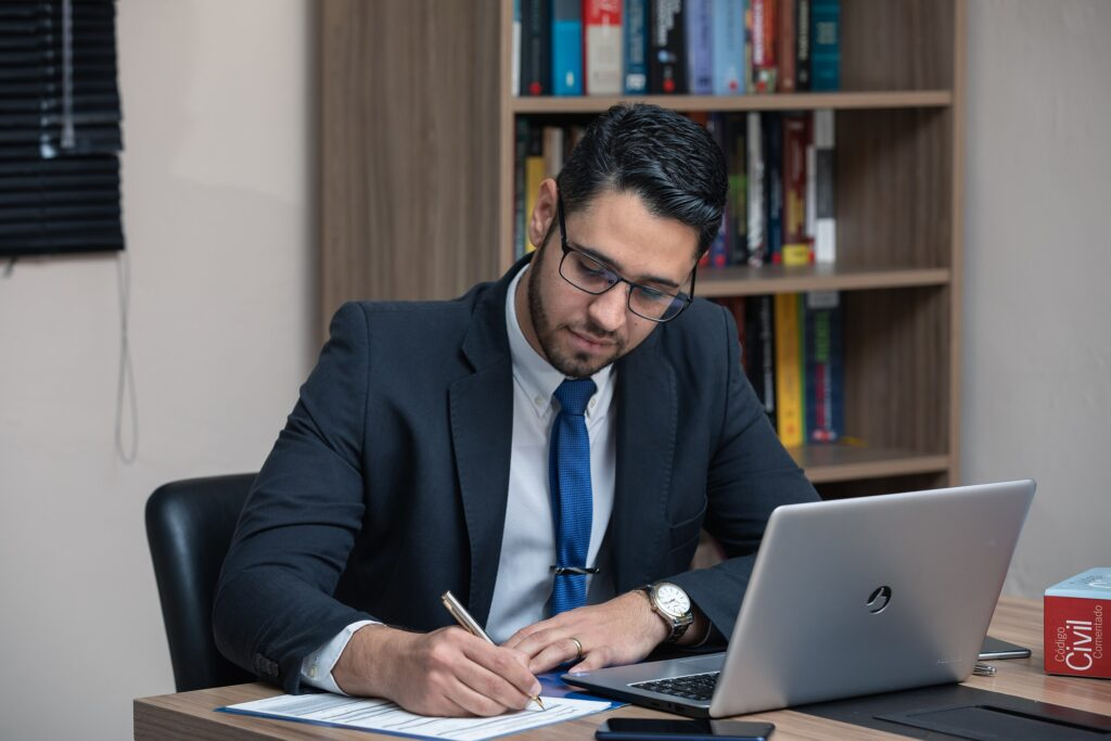 Buscando abogados digitales. Imagen de abogado trabajando digitalmente.